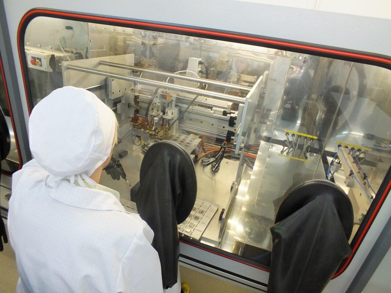Линия герметизации корпусов микросхем в инертной среде методом роликовой шовной сварки с встроенной вакуумной печью HPS9206M