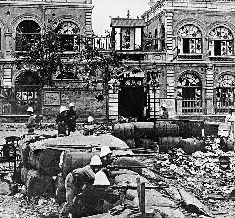 Французские солдаты перекрыли дорогу и удерживают позицию