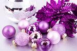 Festlicher Weihnachtsschmuck mit Lila Christbaumkugeln auf silber Hintergrund
