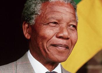 Жители ЮАР пляшут на панихиде по Манделе