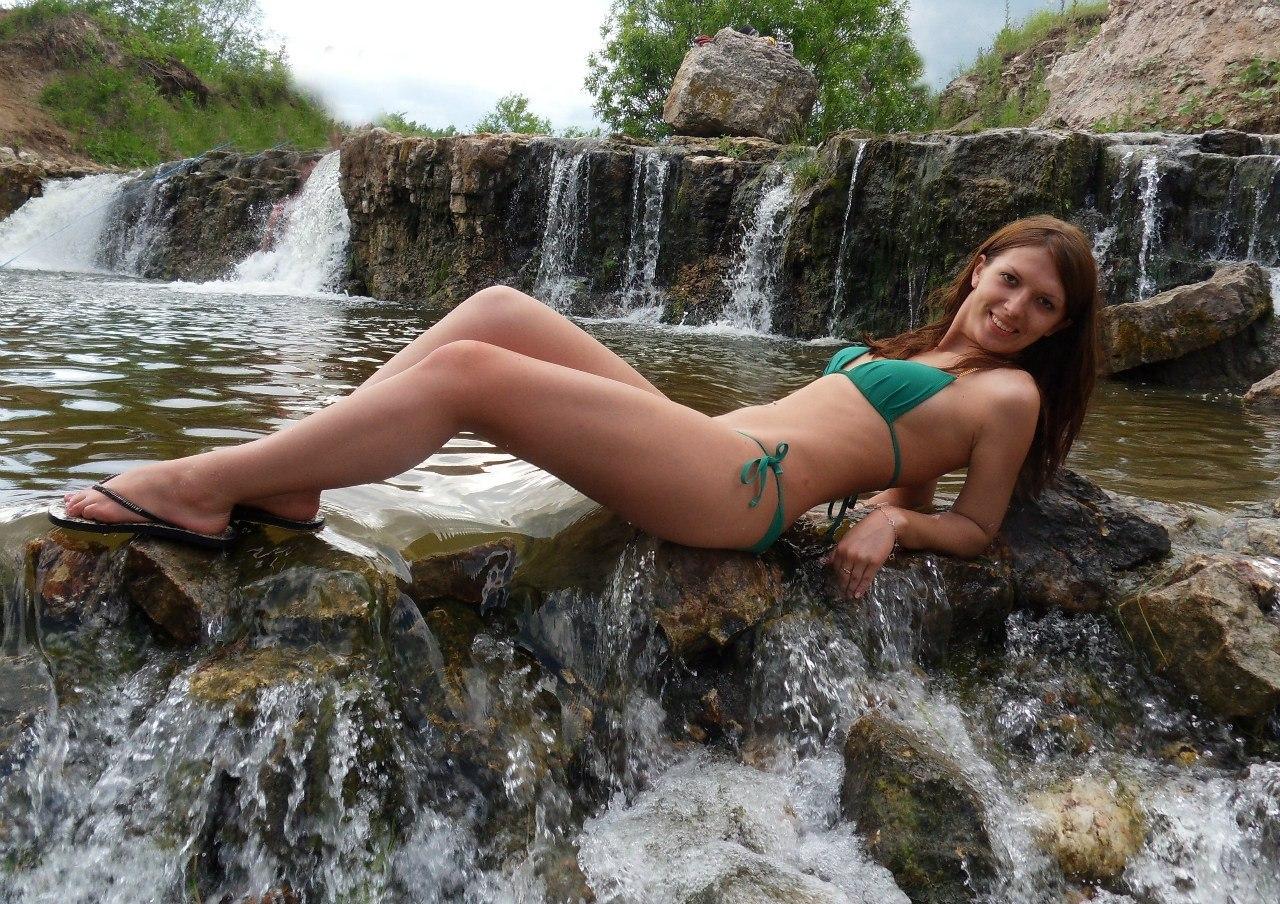 Рыжая девушка в зеленом купальнике