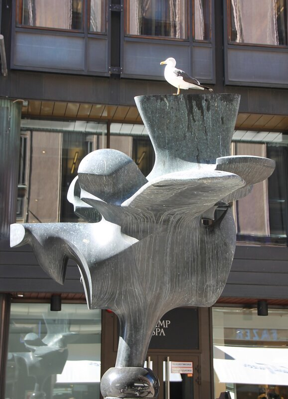 Хельсинки. скульптура Петух Фацера. Helsiki  Fazerin kukko