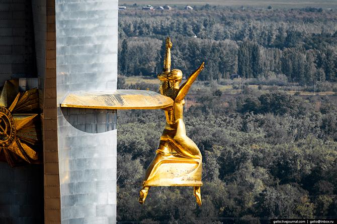 Памятник представляет собой стелу высотой 72 метра. Орден и статуя греческой богини Ники изготовлены