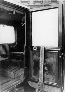 Внутренний вид кабины автомобиля.