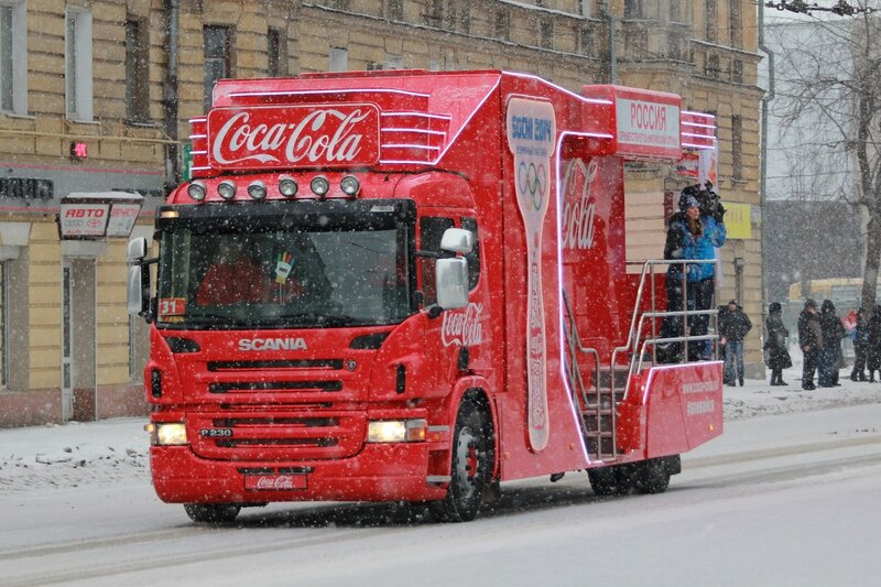 Эстафета олимпийского огня в Кирове: кокаколовский промо-автомобиль и раздача флажков