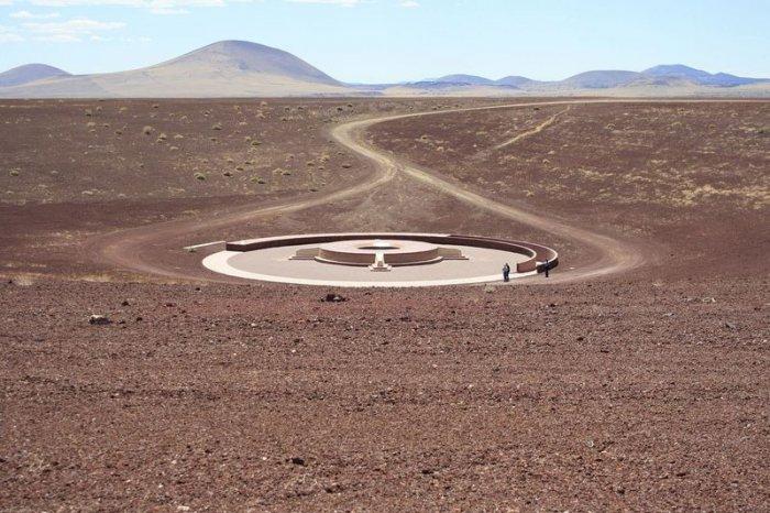Дом внутри кратера