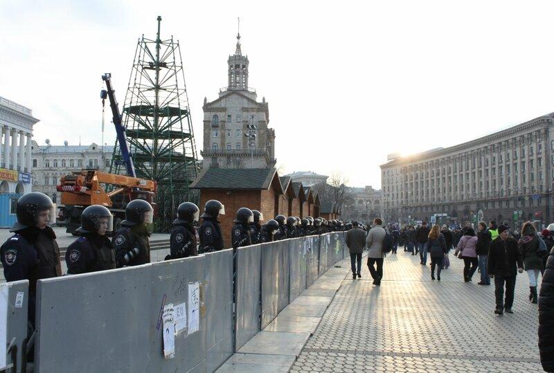 Оцепление вокруг главной елки Киева 30 ноября