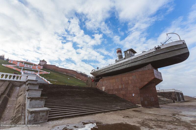 Чкаловская лестница и катер Герой