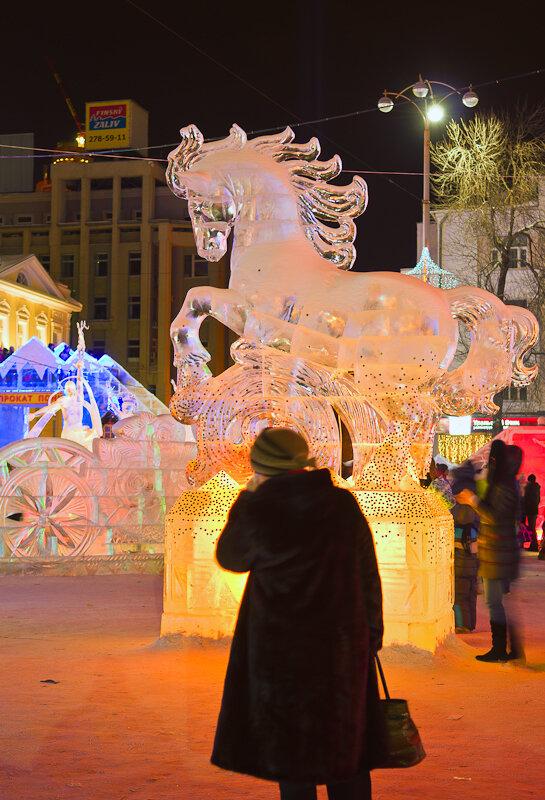 Фото 1. Урок фотографии. Трудно снять скульптуру ледяного коня без туриста на переднем плане