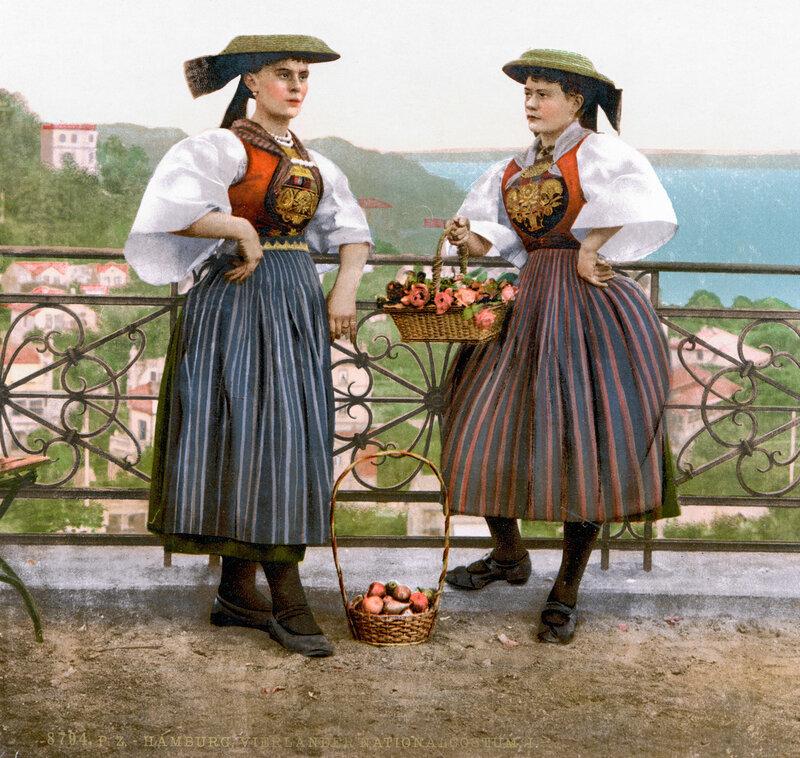Женщины Гамбурга в местных фольк-одеждах (район Фирланде)