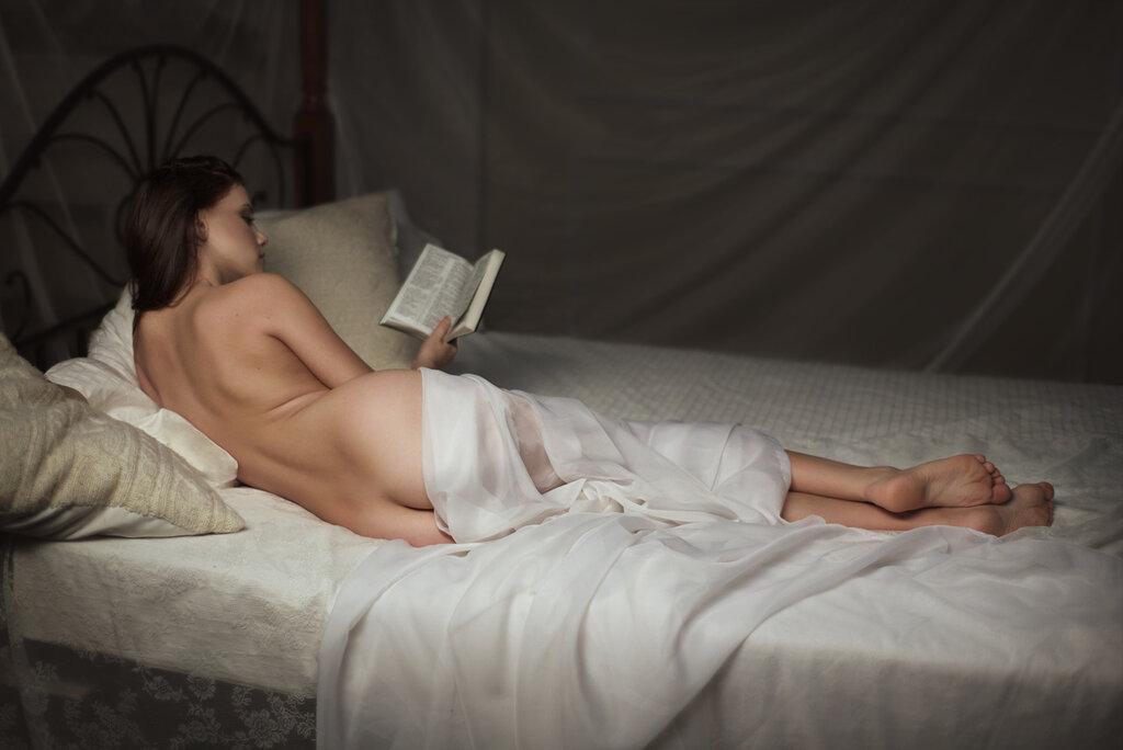 Обнаженная с книгой