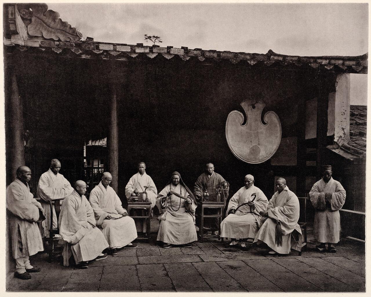 Монахи с настоятелем в Кушане