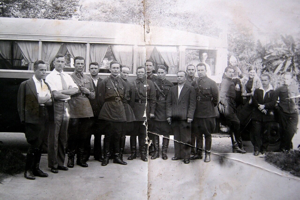 1938. Сочи.  Группа отдыхающих работников НКВД перед автобусом в ожидании автобуса