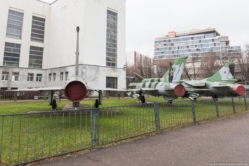 Экспозиция авиационной боевой техники музея