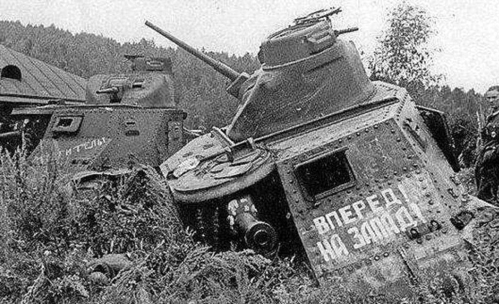 """Брошенные советские танки М3С """"Генерал Ли""""."""