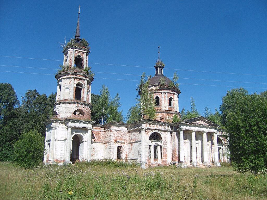 очередной зарастающий типовой сельский храм