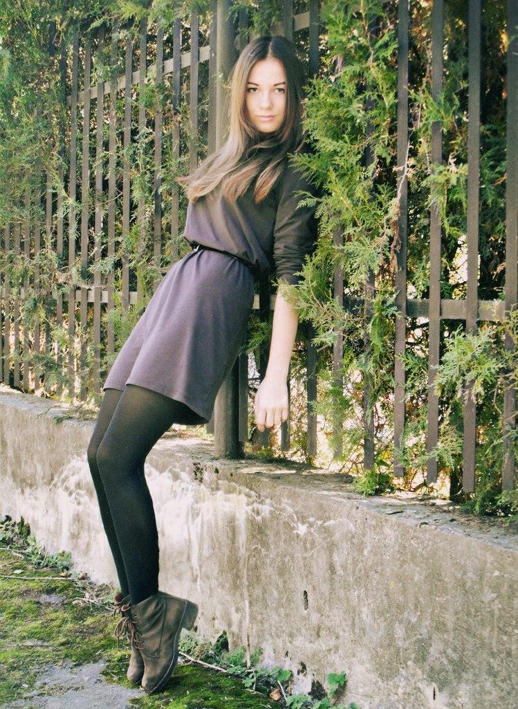 Девушка  в коричневом платье и леггинсах