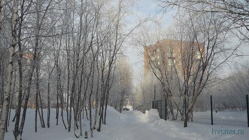 Фото города Инта №6435  Юго-западный угол Горького 25 (справа забор гимназии №2 по Куратова 20) 07.02.2014_12:12