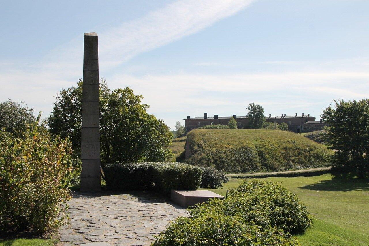 Suomenlinna castle, Sweaborg, Susisaari, Vallisaari Explosion Memorial. Крепость Суоменлинна, остров Сусисаари, обелиск погибшим при взрыве склада боеприпасов