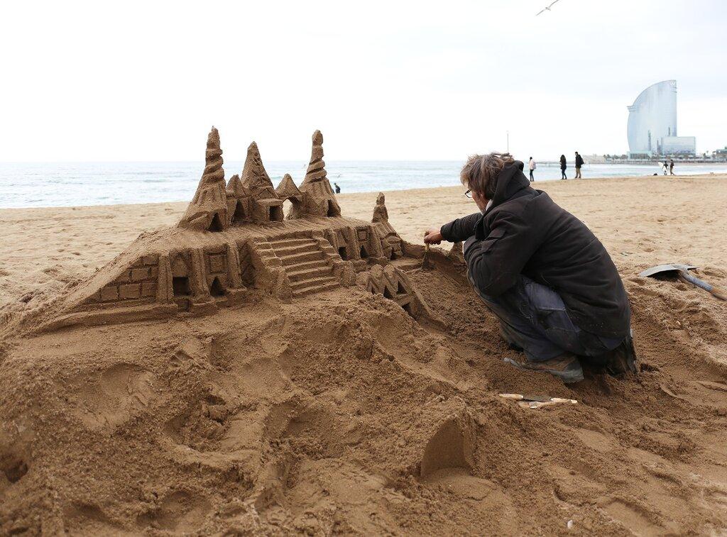 Песочные замки на пляже Барселонеты