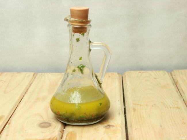 Смешать вбанке 2,5 столовые ложки оливкового масла, 1,5 столовые ложки бальзамического уксуса, поло