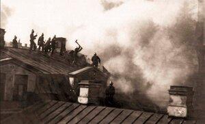 Пожар Апраксина двора. Группа пожарных за разборкой крыши кропуса наследников Линевича. 1914 г.