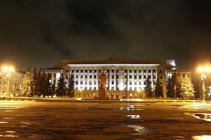 Ночное здание правительства Кировской области и памятник Ленину IMG_7666