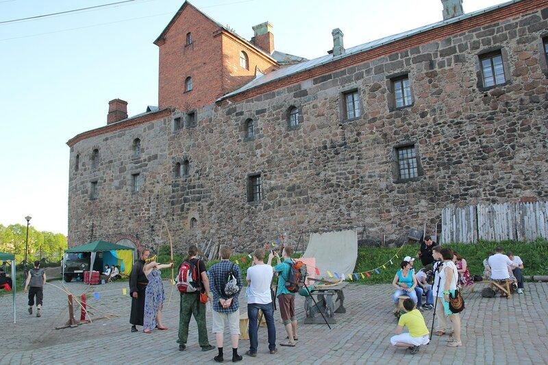развлечения на верхней площади Выборгского замка на фестивале «Майское дерево 2014»