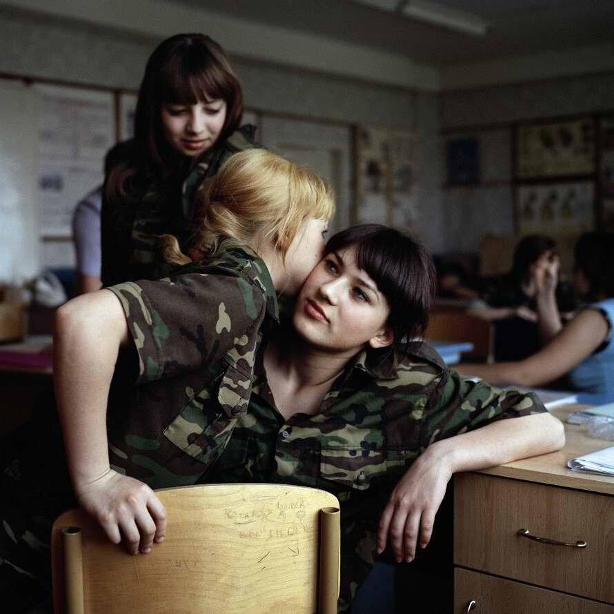 Девчонки общаются во время перемены в кабинете начальной военной подготовки