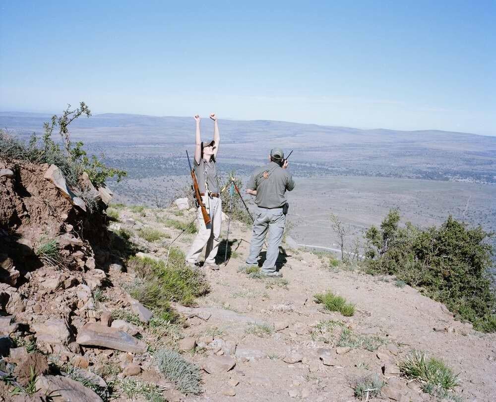 Охотник радуется меткому выстрелу с дальнего расстояния, Восточный Кейп, Южная Африка