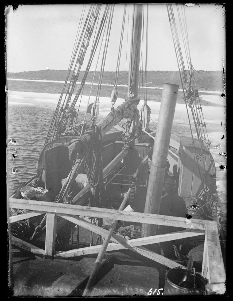1930. Поселок Диксон. Во льду
