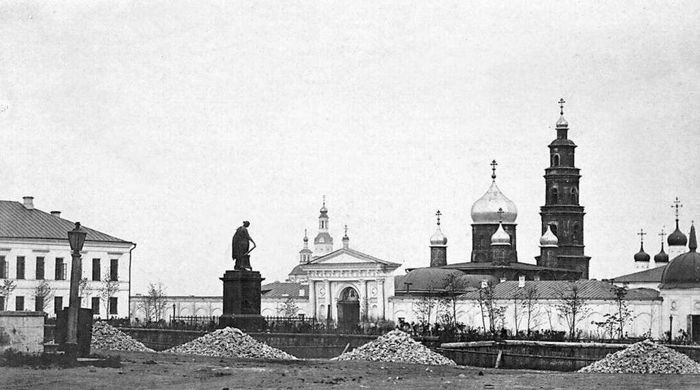 Памятник Карамзину на фоне Спасского женского монастыря