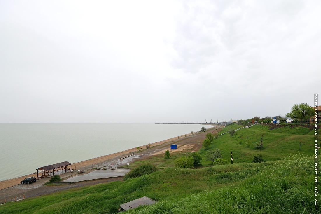 Внизу пляж «Каменка». Море здесь мелкое. Взрослому человеку надо отойти метров на 500, чтобы поплавать. Рай для детей
