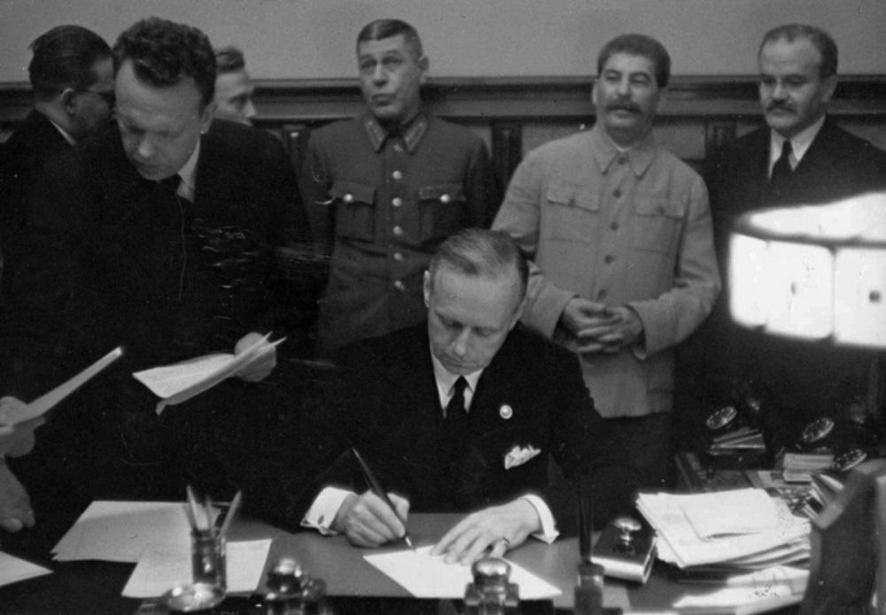 Иоахим фон Риббентроп подписывает Пакт о ненападении.jpeg