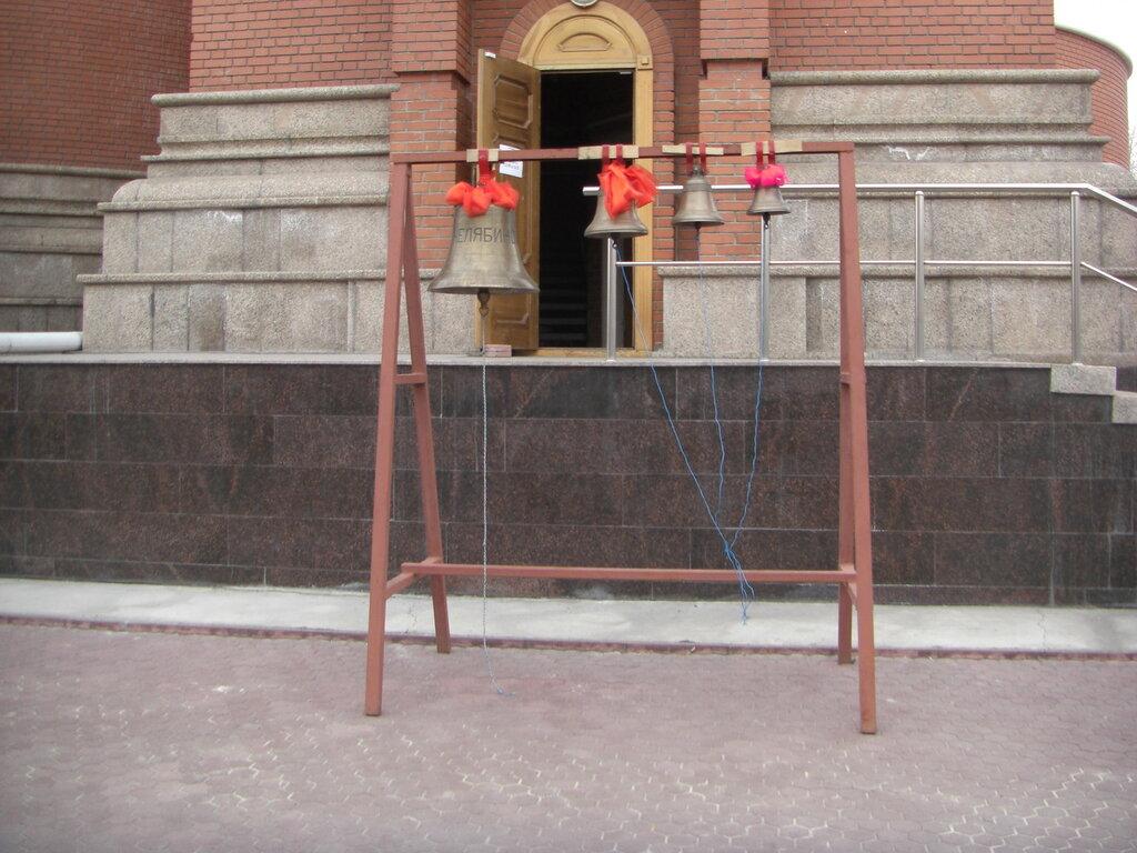 Маленькие колокола возле входа в колокольню храма (25.04.2014)