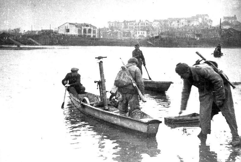 Советские миномётчики при содействии местных жителей переправляются через Южный Буг в р-не нынешнего Центрального моста