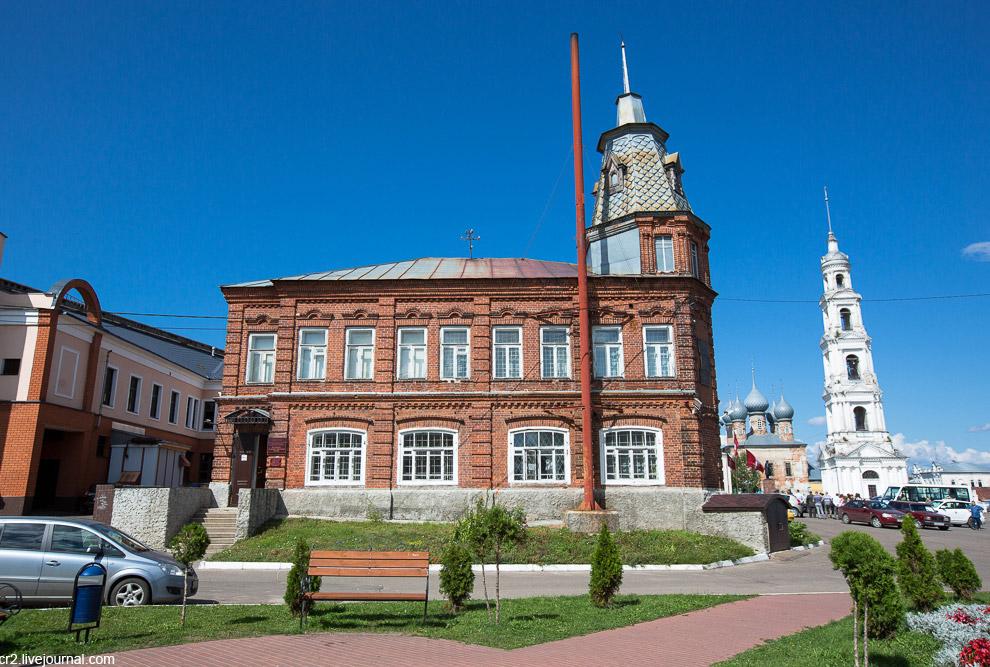 7. Здание 1903 года постройки. В годы войны здесь была начальная школа, где учился Тарковский. Доски