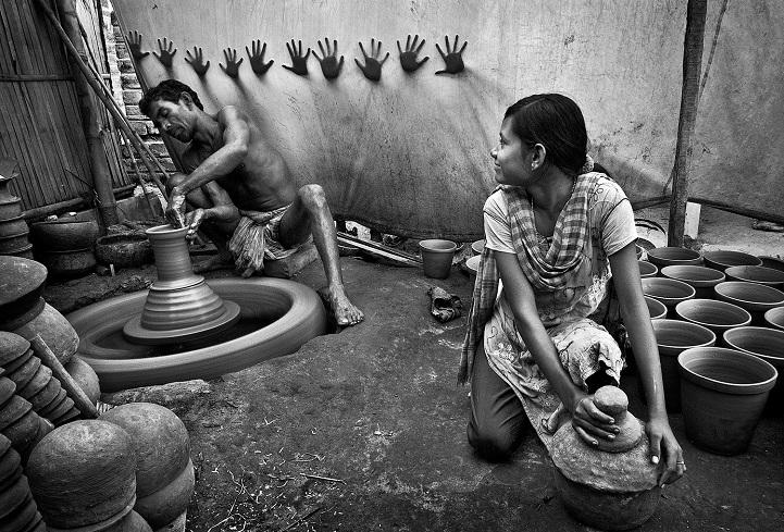 14. Третье место — «Руки за свободу» (автор: Пранаб Басак, Индия). Девочка-подросток помогает отцу в