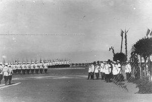 Император Николай II и высший офицерский состав  у царской палатки принимают парад полка по случаю празднования 25-летнего юбилея шефства Николая II над полком.