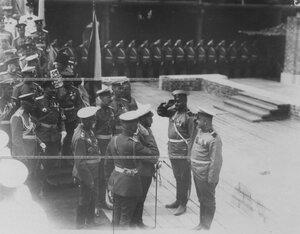 Император Николай II после осмотра  строящихся  казарм разговаривает с вахмистром полка.
