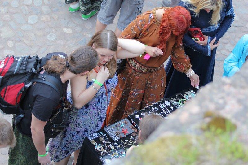 торговля украшениями на фестивале «Майское дерево 2014»