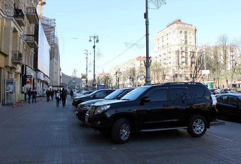 Стоянка автомобилей под Печерским судом