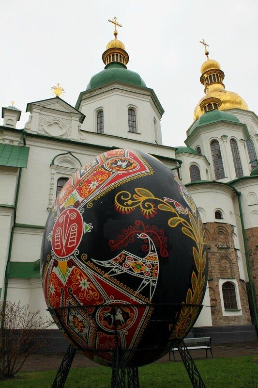 Пасхальная инсталляция перед Софиевском собором