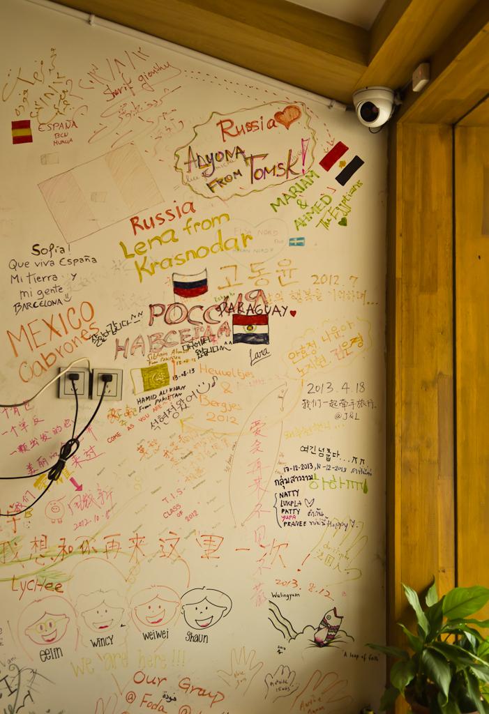 2. Ищете, где остановиться во время путешествия в парк Чжанцзяцзе? Туристы из России и других стран пишут отзывы о хостеле прямо на стенах. Отзыв о поездке в Китай на отдых самостоятельно