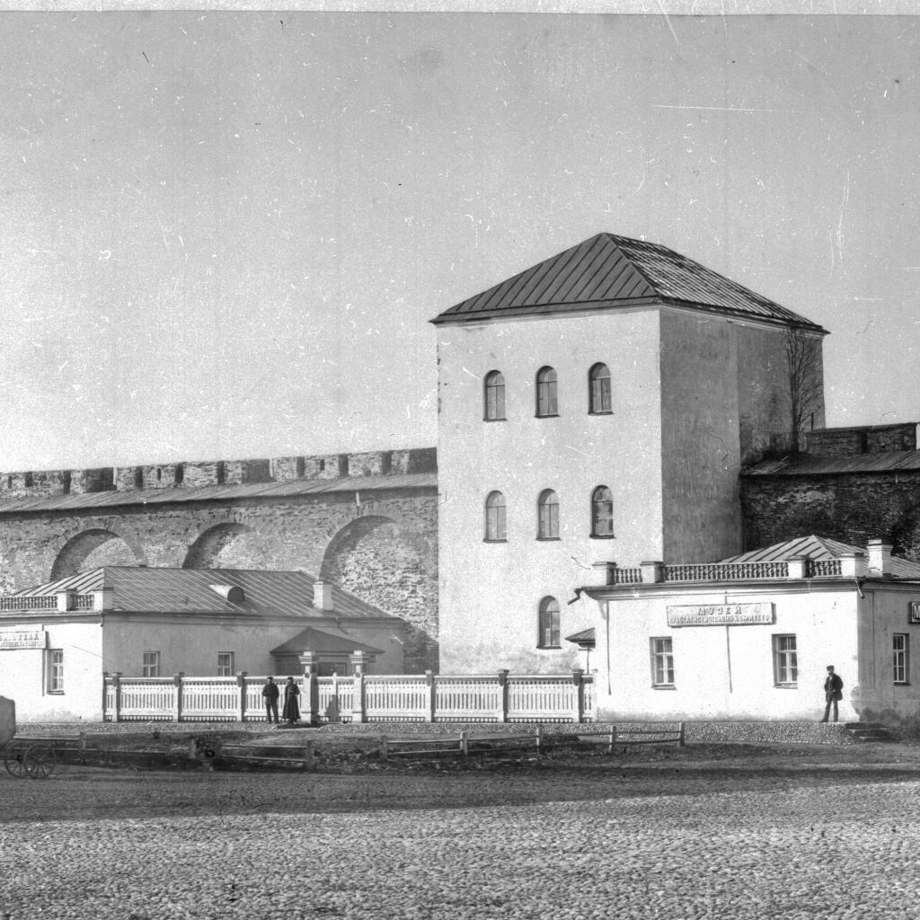Библиотека и музей у крепостной стены
