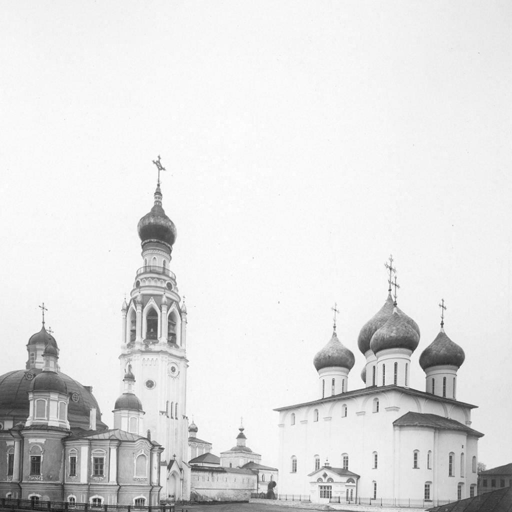 Софийский и Воскресенский соборы и колокольня у северной стены Архиерейского дома