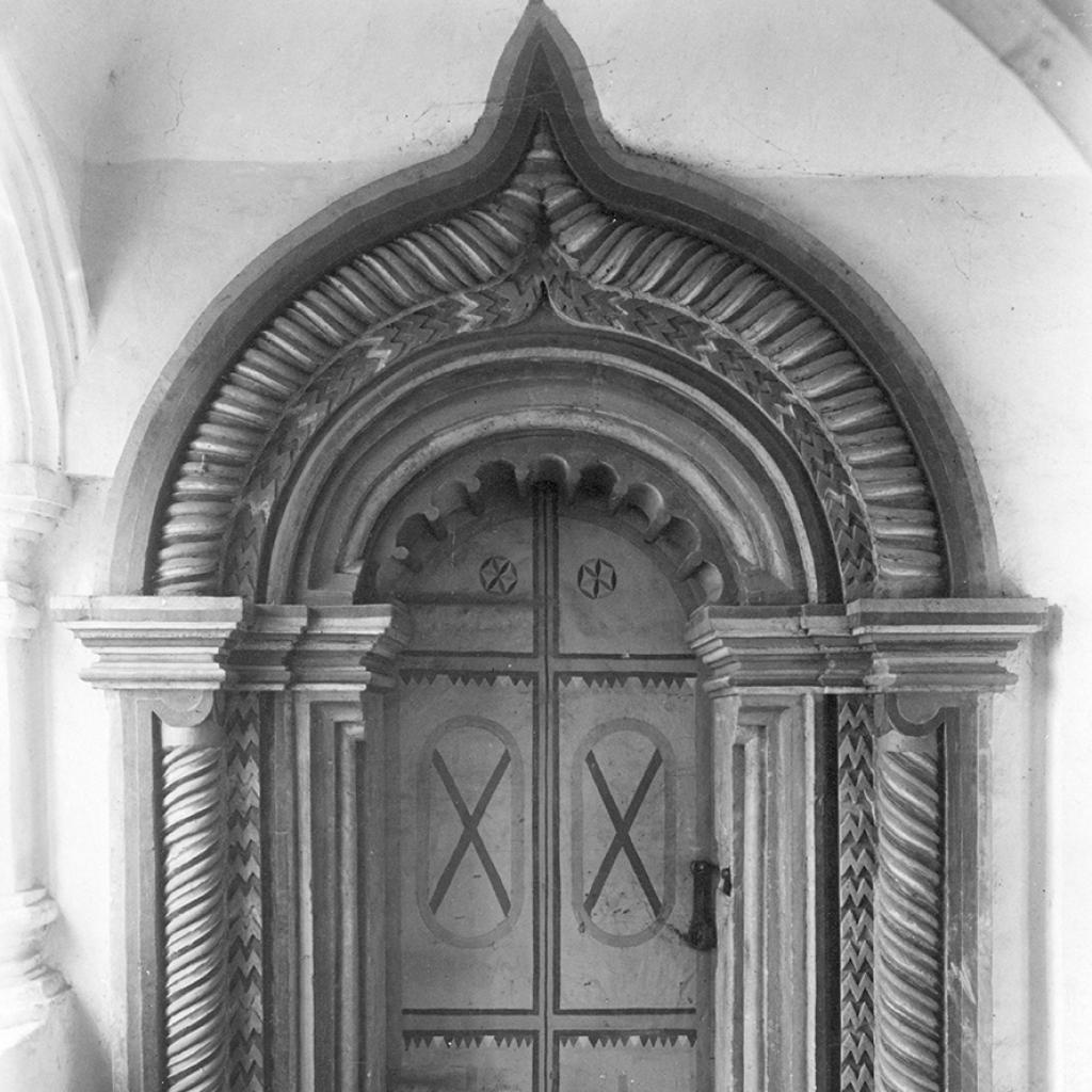 Кремль. Архиерейский дом. Наличник двери церкви Архиерейского дома