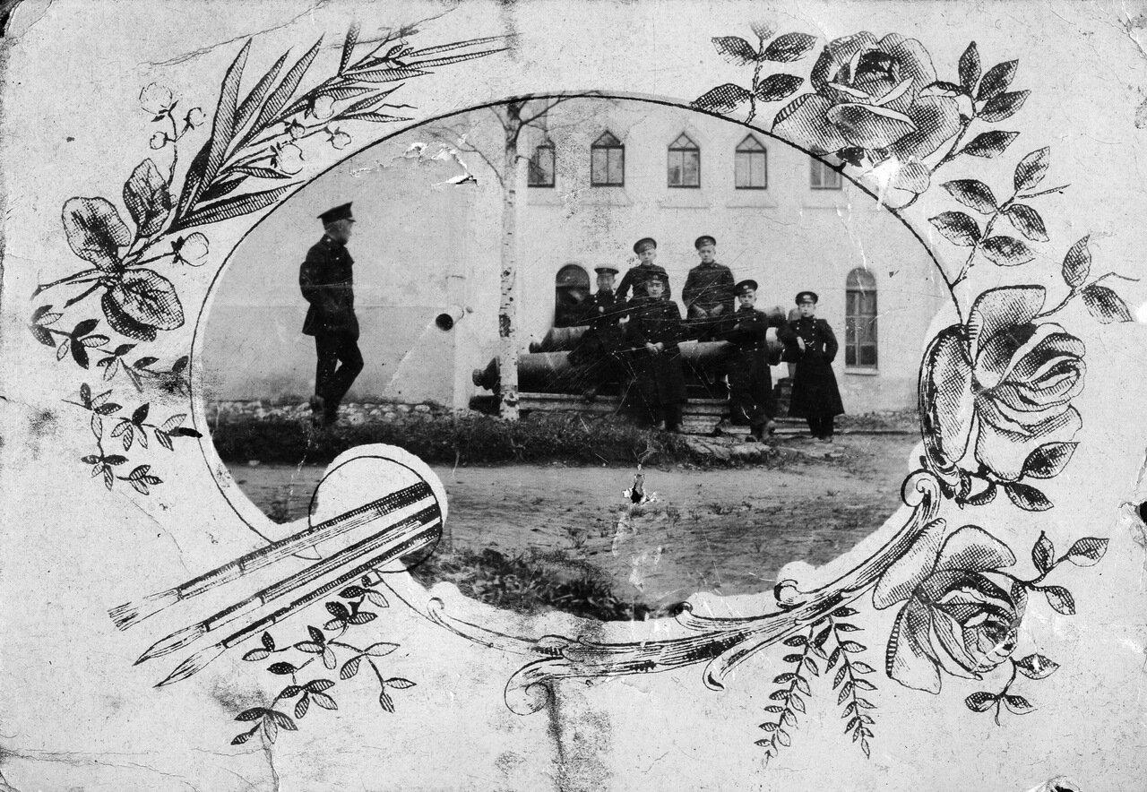 Ученики Новгородского реального училища у здания музея. 1911