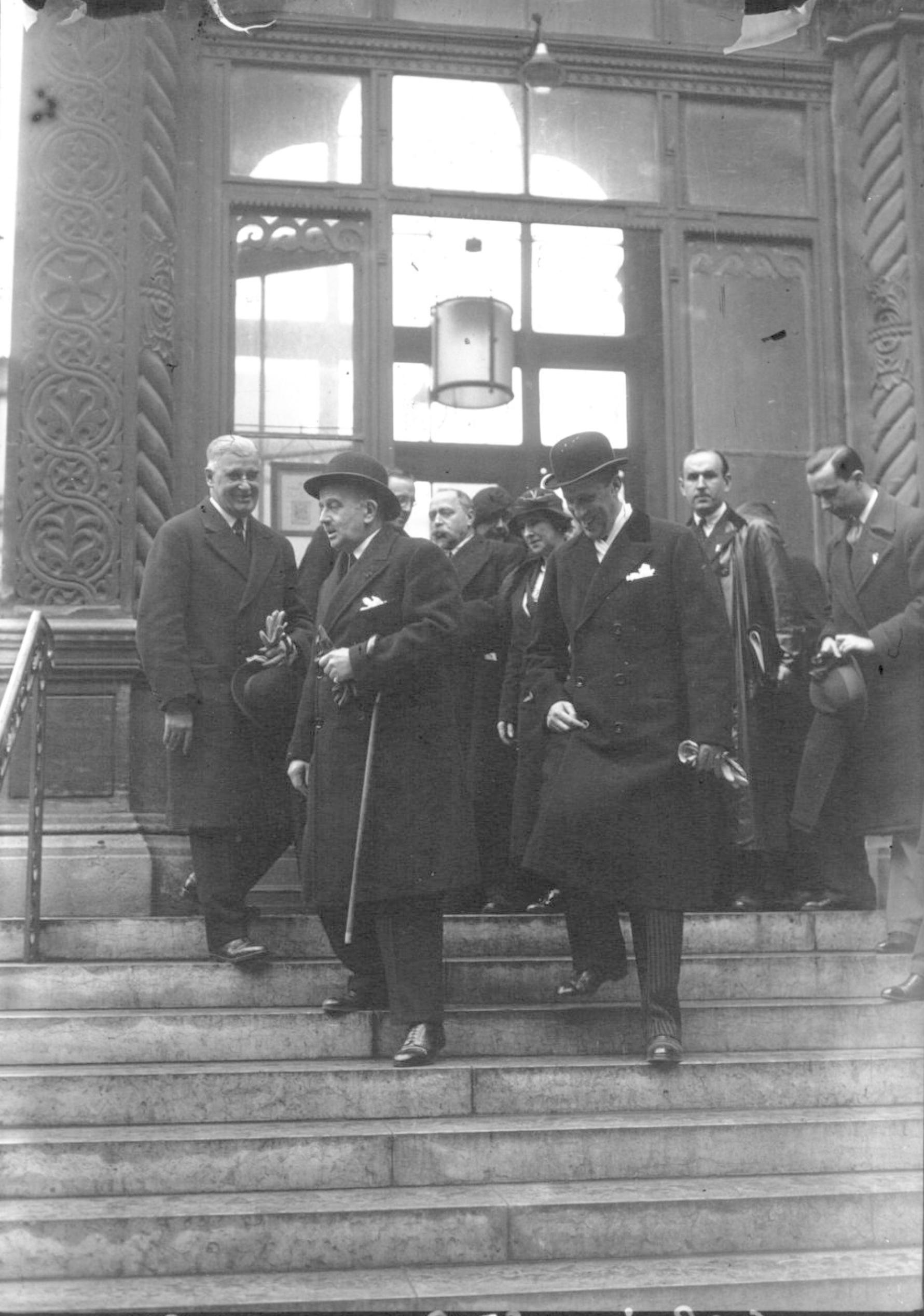 1933. Великие князья Борис Владимирович и Андрей Владимирович выходят изх церкви из Русской Церкви на улице Дарю