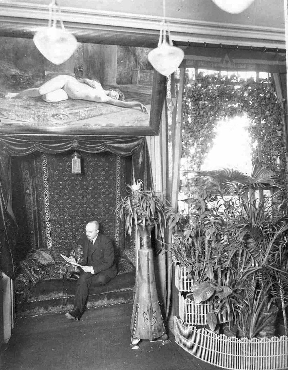 В.А.Бонди в гостиной за чтением журнала